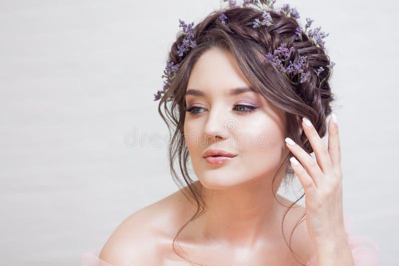Λεπτό πορτρέτο μιας όμορφης νέας γυναίκας με την τρίχα με τις πλεξούδες στοκ εικόνα