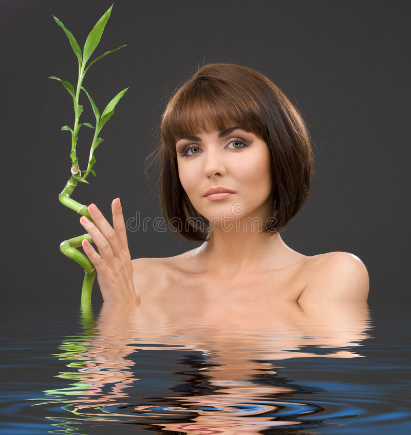 Brunette met bamboe royalty-vrije stock fotografie