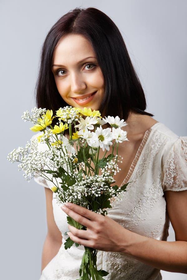 Brunette met bloemen royalty-vrije stock afbeeldingen