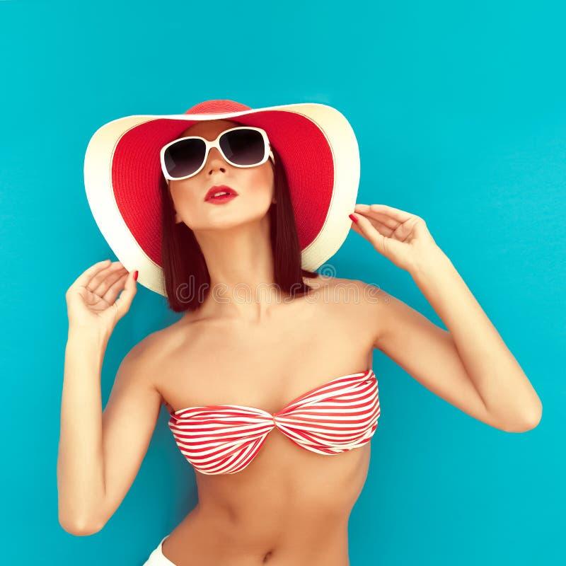 brunette met de zomerhoed in radbikini royalty-vrije stock afbeeldingen