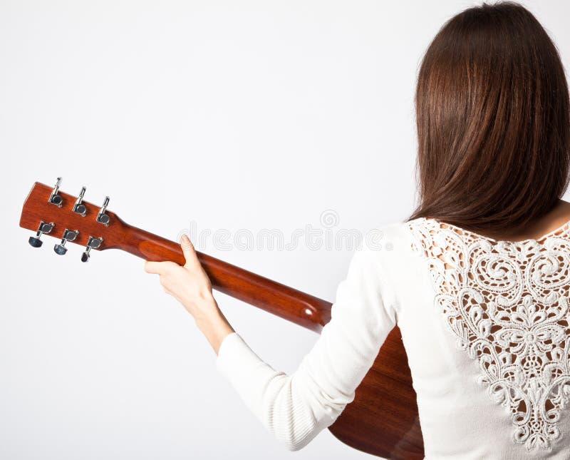 Brunette met een gitaar royalty-vrije stock fotografie