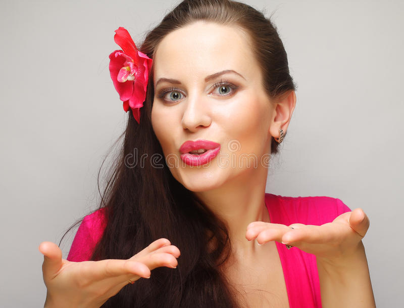 Brunette met lang haar in het roze slijtage gelukkige glimlachen stock afbeeldingen