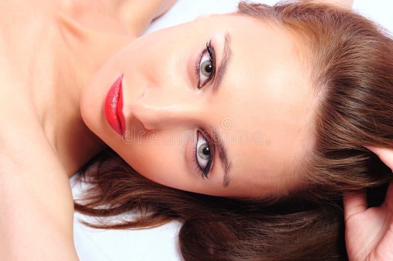 Brunette met rode lippen royalty-vrije stock afbeeldingen