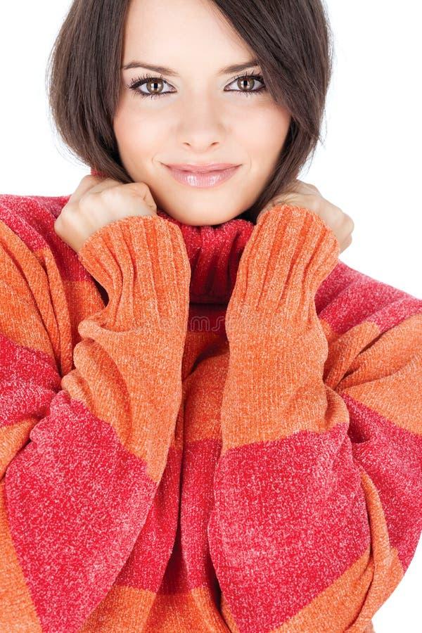 Brunette mignon dans un chandail rouge-orange de laines photo stock