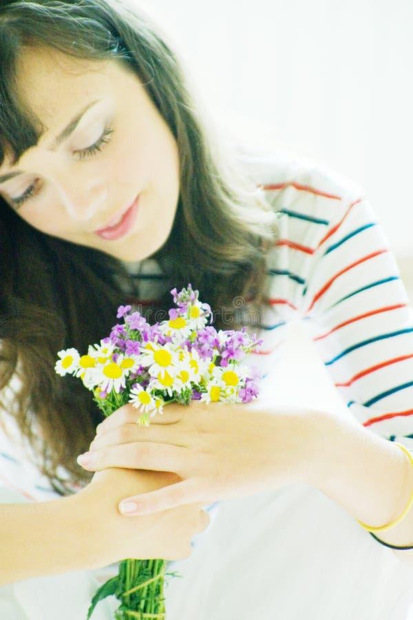 Brunette mit Blumen stockfotos