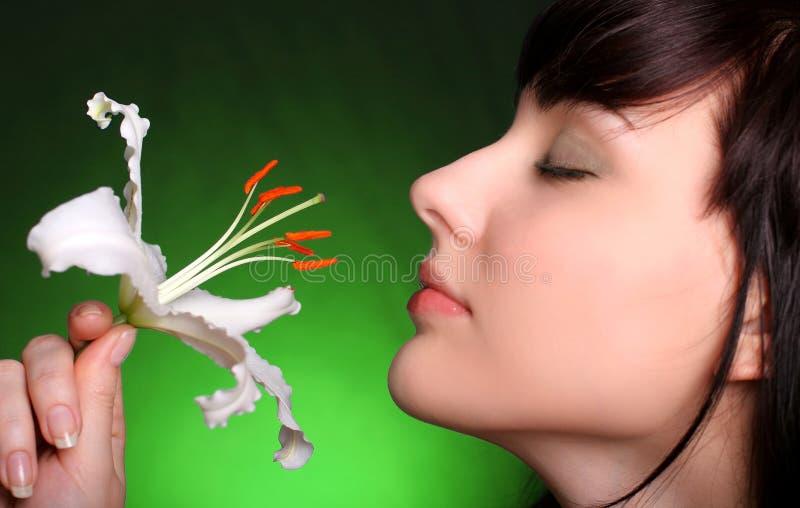 Brunette mit Blumen der weißen Lilie stockbilder