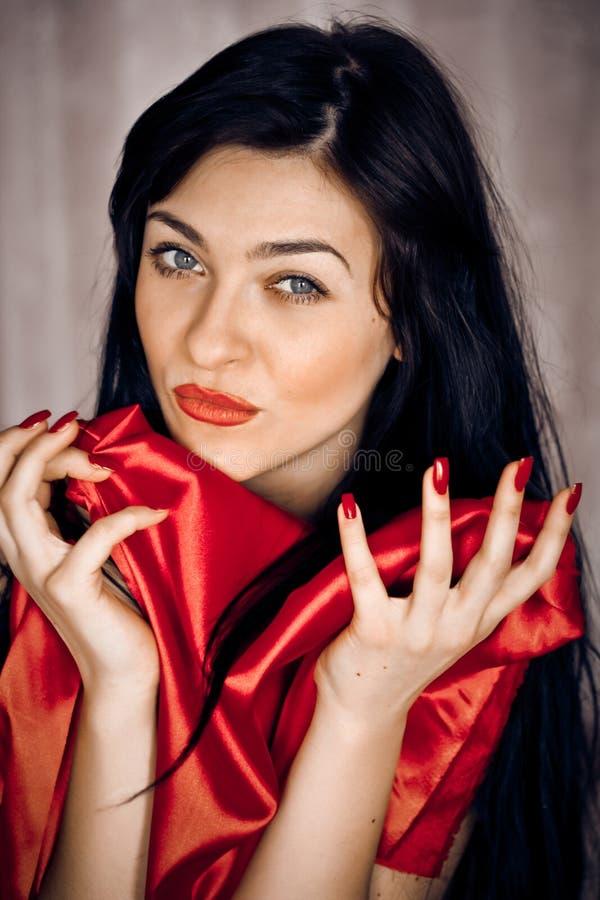 Brunette mit dem herrlichen lockigen Haar lizenzfreies stockfoto