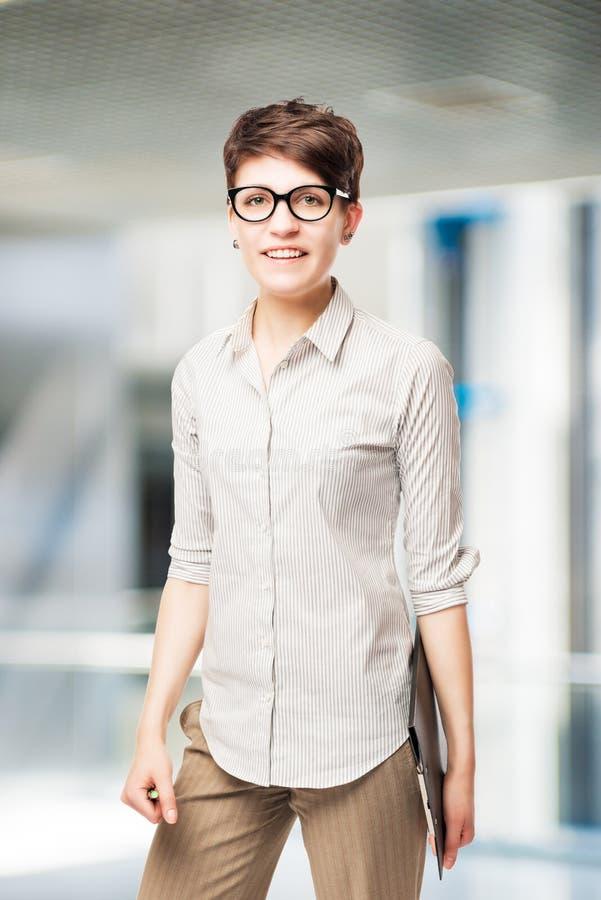 Brunette mit dem kurzen Haar in einem Hemd lizenzfreies stockfoto