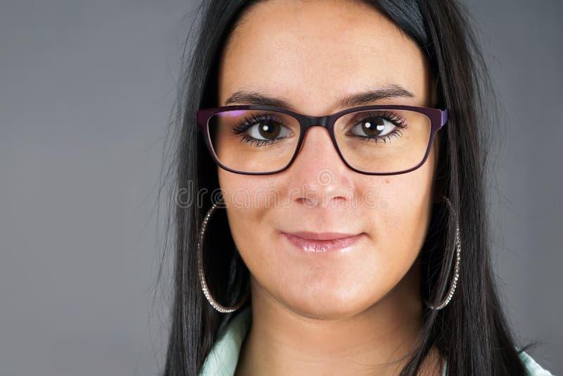 Brunette mit Gläsern lizenzfreie stockbilder