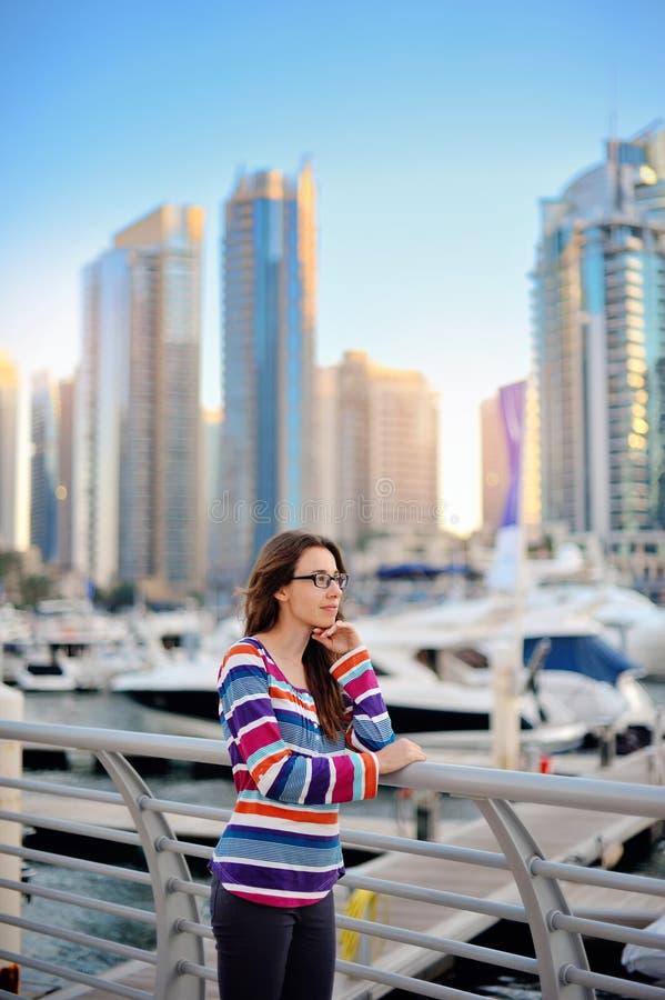 Brunette mit Gläsern auf dem Hintergrund von Wolkenkratzern stockbilder
