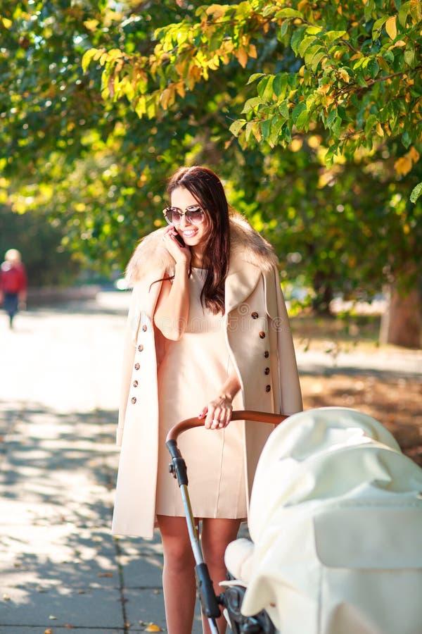 Brunette mit Kind im Park und im Lächeln draußen stockbilder