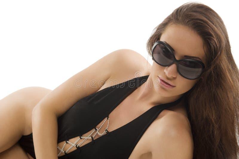 Brunette na colocação preta do swimsuit fotos de stock royalty free