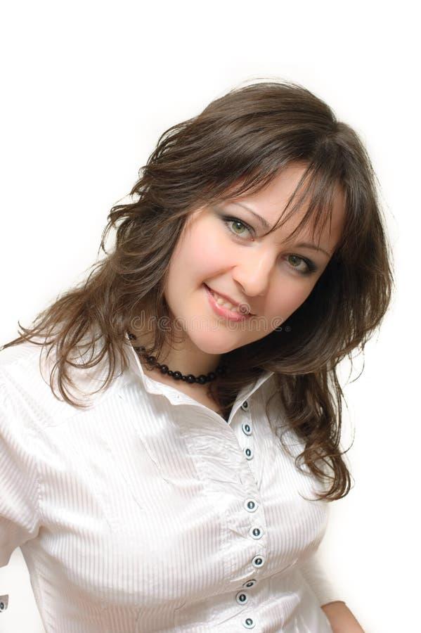 Brunette nel sorridere bianco della camicia fotografia stock