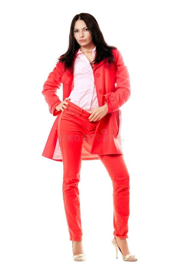 Brunette novo bonito no terno vermelho imagens de stock royalty free