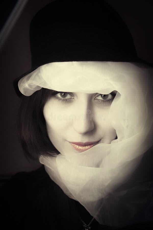 Brunette novo da mulher no chapéu e no lenço fotos de stock royalty free