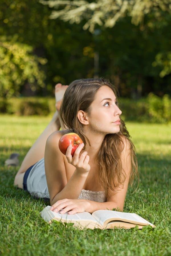 Brunette novo lindo ao ar livre com seu livro. foto de stock