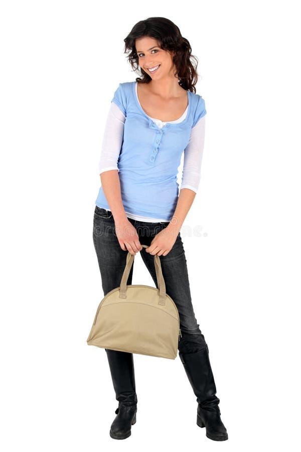 Brunette occasionnel avec un sac à main photographie stock libre de droits