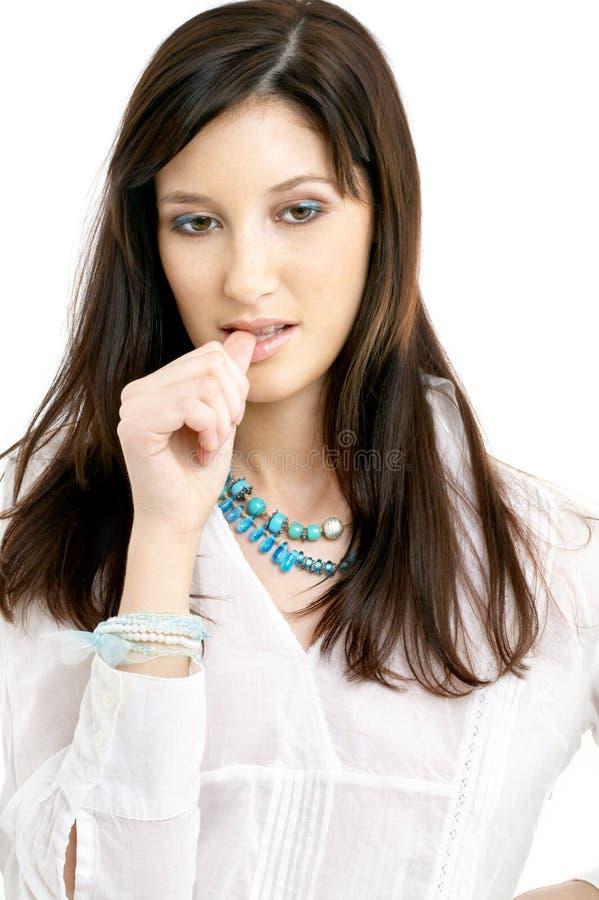 Brunette pensif dans la chemise blanche photographie stock libre de droits