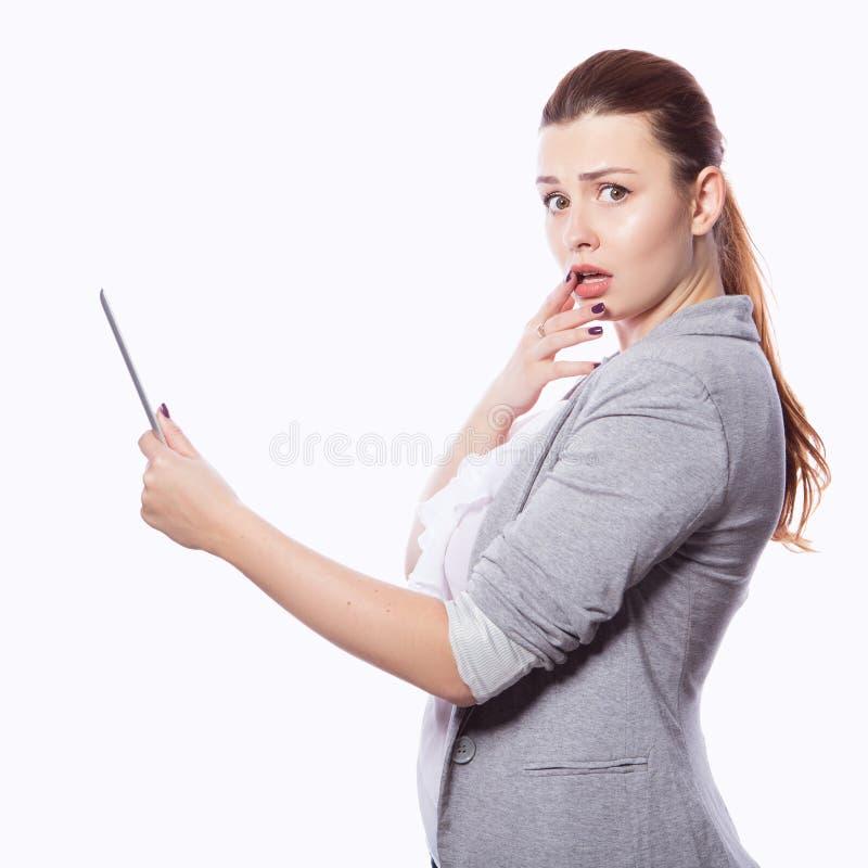 Brunette Plusgrößenfrau in intelligentem zufälligem Ausstattung jacker und blou lizenzfreies stockbild