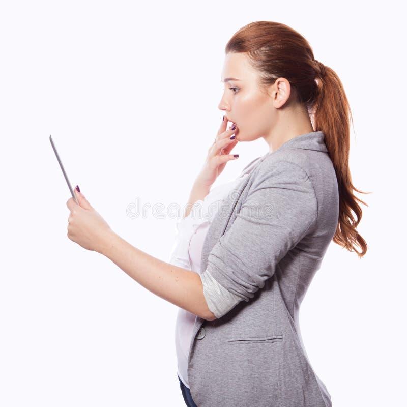 Brunette Plusgrößenfrau in intelligentem zufälligem Ausstattung jacker und blou lizenzfreie stockfotos