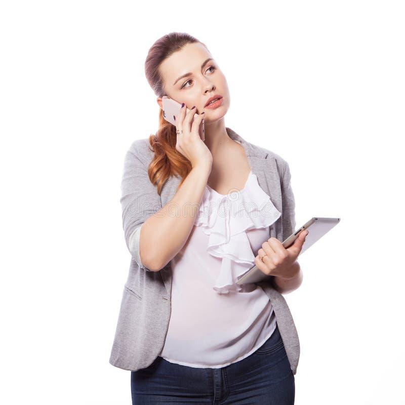 Brunette Plusgrößenfrau in intelligentem zufälligem Ausstattung jacker und blou stockfoto