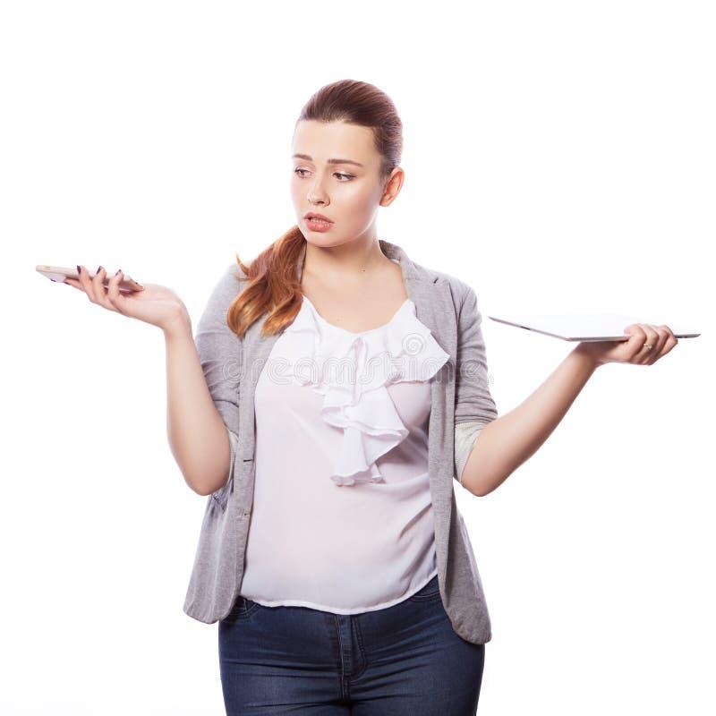 Brunette Plusgrößenfrau in intelligentem zufälligem Ausstattung jacker und blou lizenzfreies stockfoto