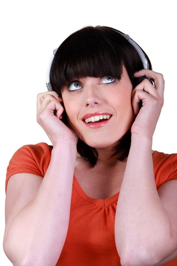Download Brunette Que Escuta A Música Foto de Stock - Imagem de brunette, face: 26505266