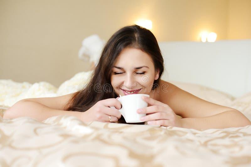 Brunette que goza del café foto de archivo libre de regalías