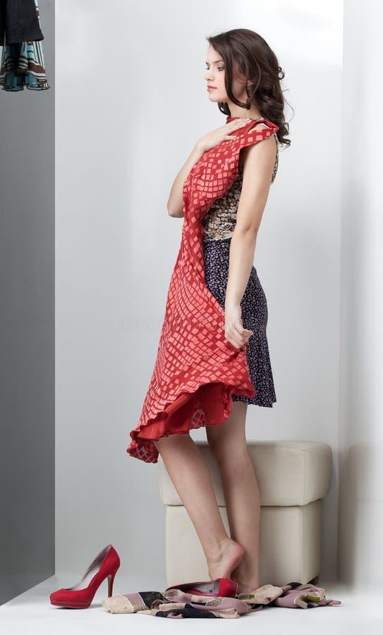 Brunette que olha o vestido vermelho imagens de stock