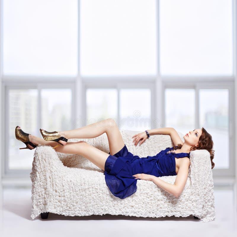 Brunette que se relaja en el sofá fotos de archivo libres de regalías