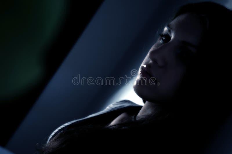 Brunette que soña despierto foto de archivo