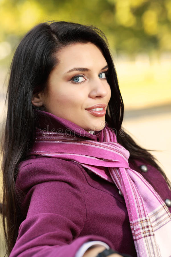 Brunette romântico no parque do outono fotos de stock royalty free