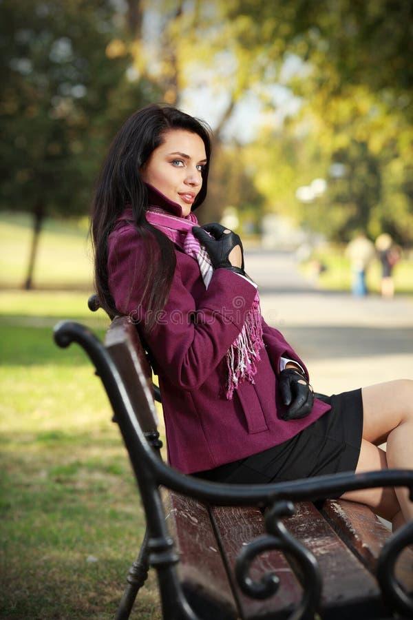 brunette romantico nella sosta di autunno fotografie stock libere da diritti