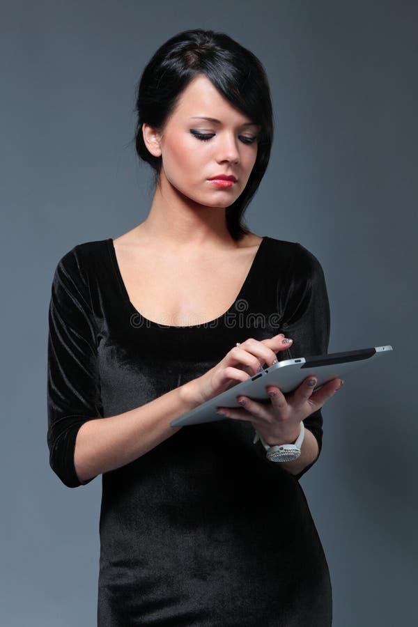 Brunette sérieux sexy avec la garniture de contact effectuée neuve images libres de droits