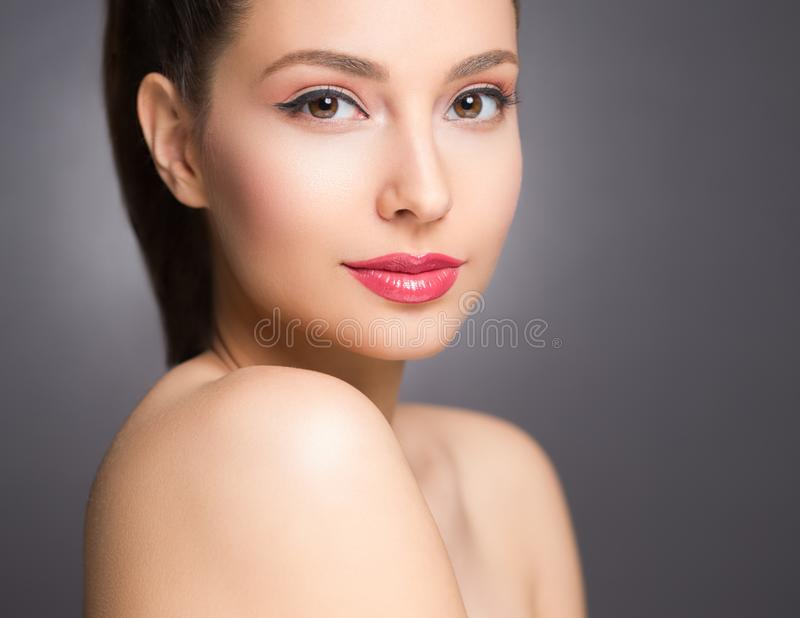 Brunette Schönheit im hellen Make-up stockfoto
