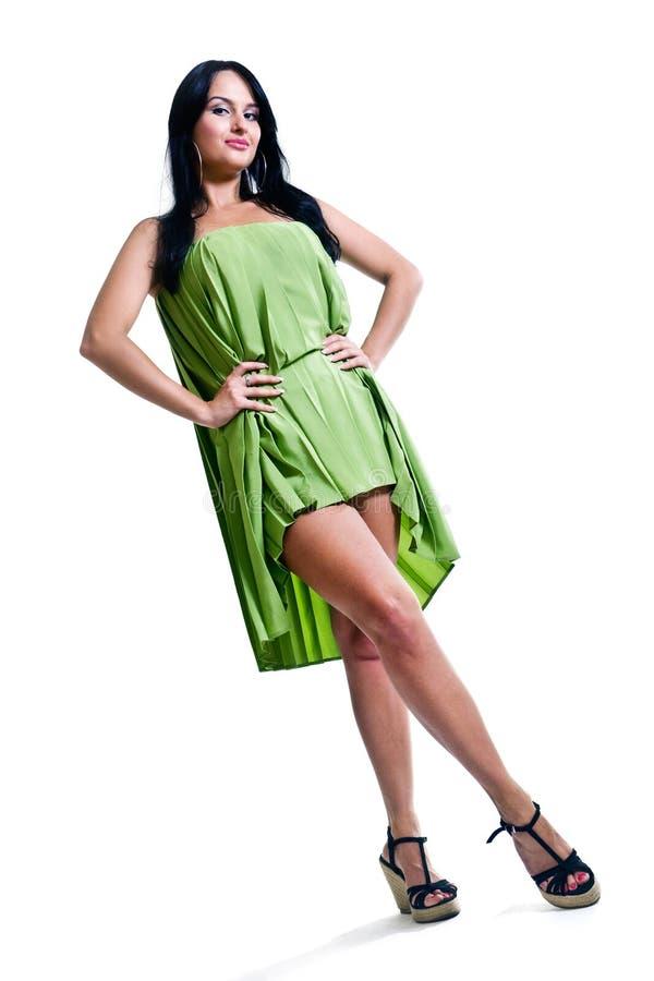 Brunette sensuel portant la robe vert clair photographie stock libre de droits