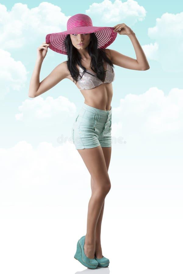 Brunette  Sexy  Com Shorts E Chapéu Fotos de Stock
