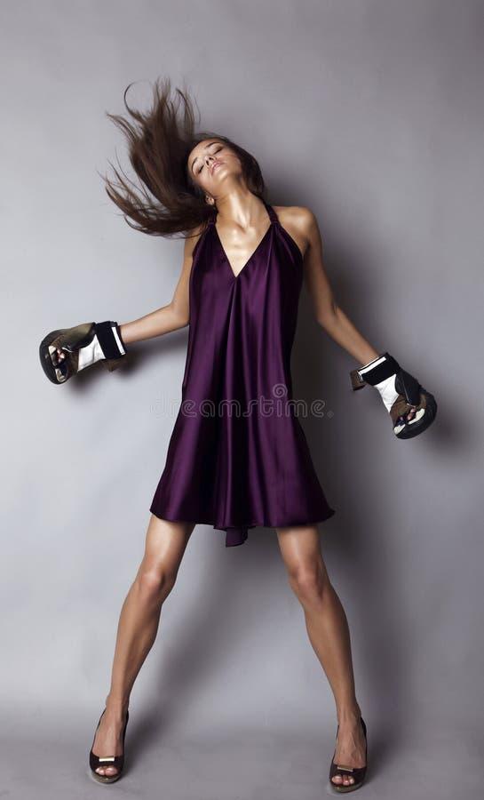 Brunette sexy dans des gants de boxe image libre de droits