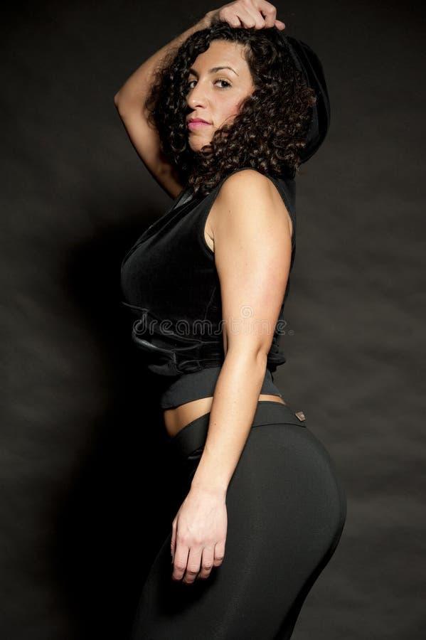 Brunette sexy dans le noir photo libre de droits