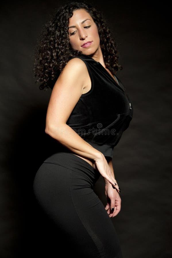 Brunette sexy dans le noir image libre de droits