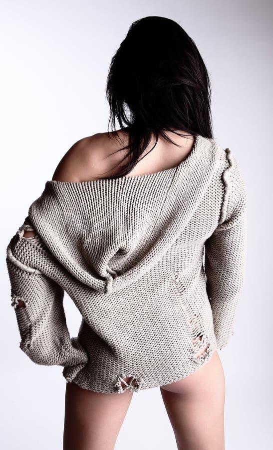 Brunette sexy dans une jupe tricotée reculant photo stock