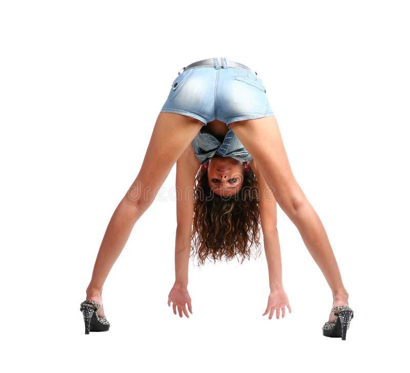 Brunette 'sexy' no desgaste das calças de brim foto de stock