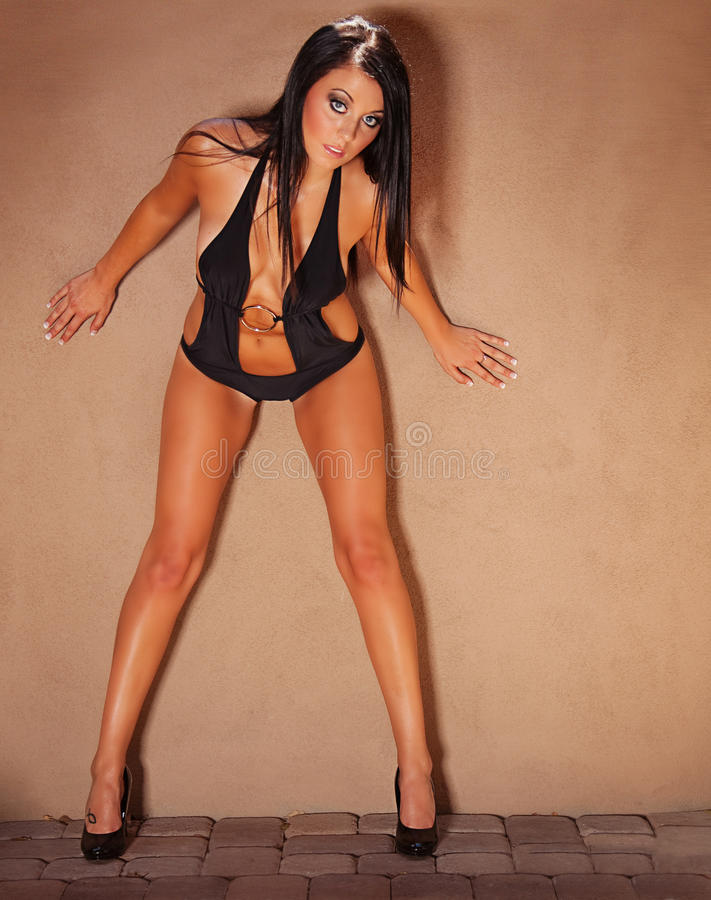 Brunette 'sexy' no swimsuit foto de stock royalty free