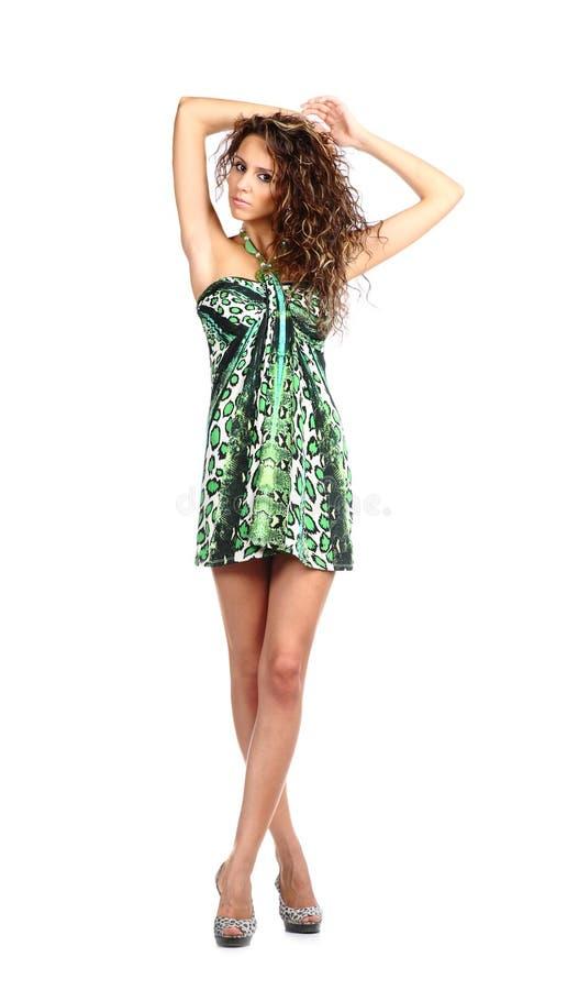 Brunette 'sexy' no vestido parti-coloured imagens de stock royalty free