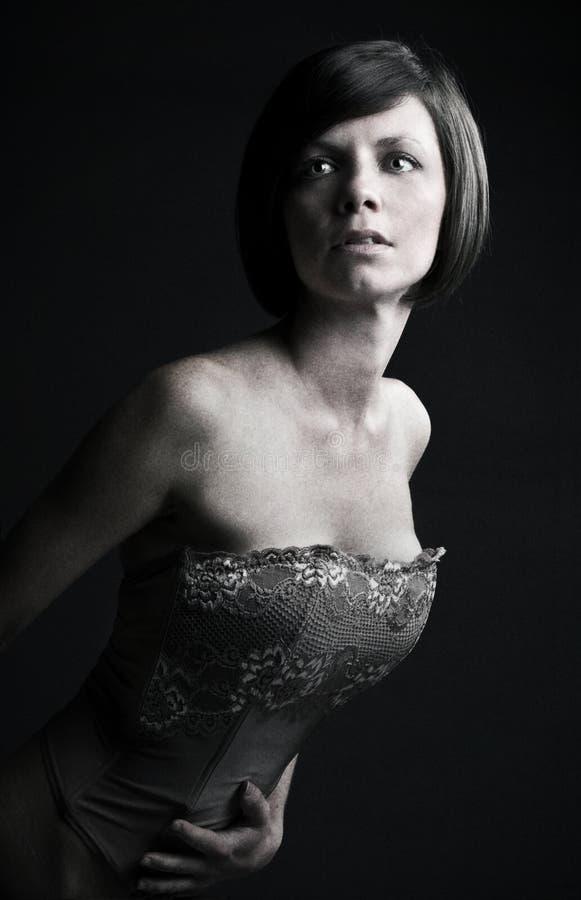Brunette sottile nella parte superiore del corsetto immagine stock libera da diritti