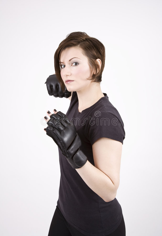 Brunette-Stoß-Boxer-ernste Position stockbilder