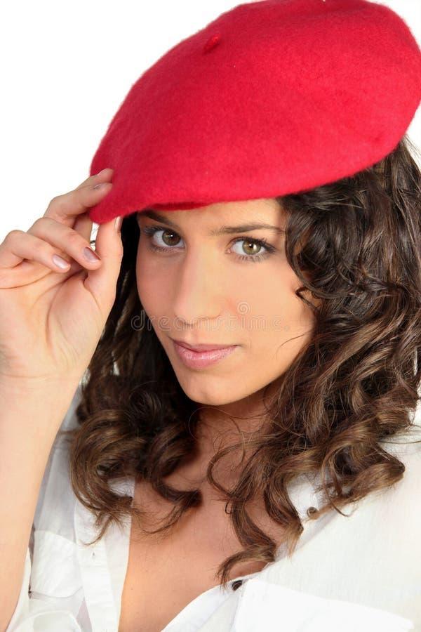 Brunette in un berreto rosso fotografia stock libera da diritti