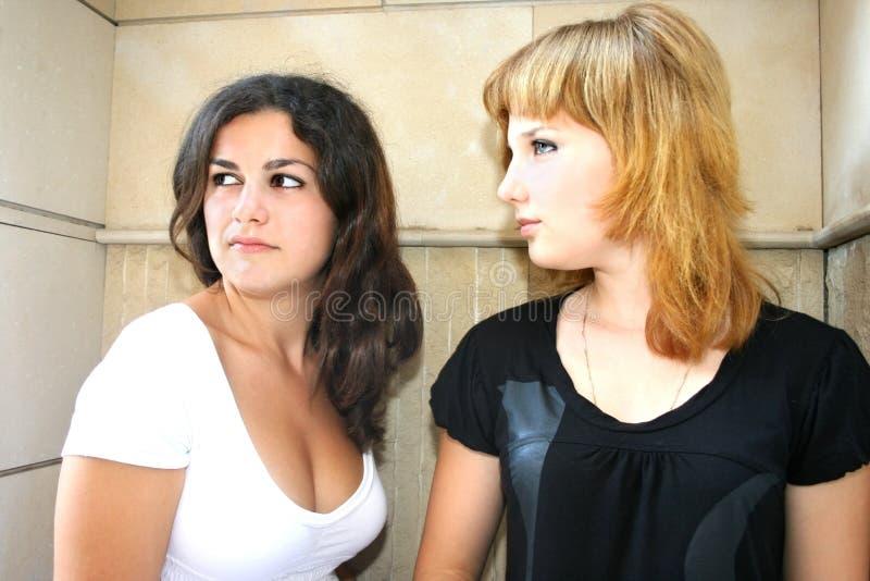 Brunette und blonde Mädchen lizenzfreies stockfoto