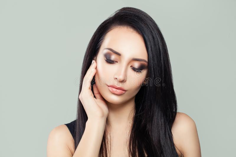 Brunette vorbildliches Frauenporträt der Schönheit lizenzfreie stockfotografie