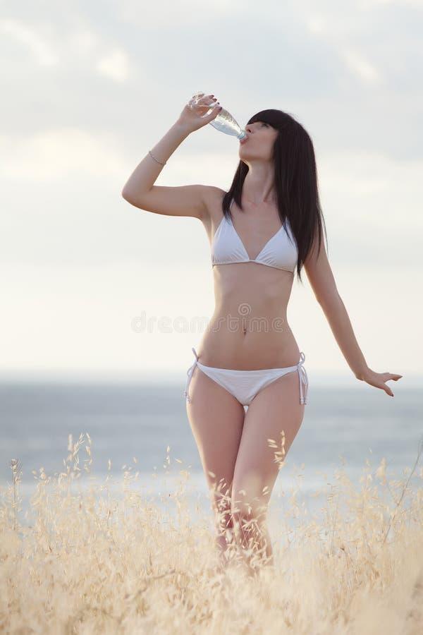 Brunette in wit op openlucht stock afbeelding